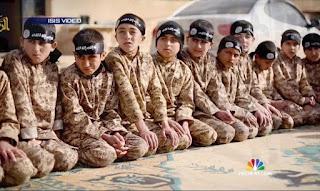 Muçulmanos do estado islâmico decepam braço de criança, como forma de punição