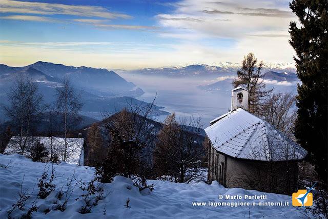 La chiesetta di Pradecolo con vista sul lago Maggiore