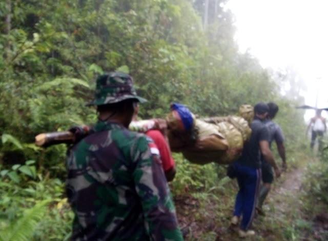 3 Jam Tempuh Medan Terjal, Satgas Yonif 301 Evakuasi Jenazah di Muakan
