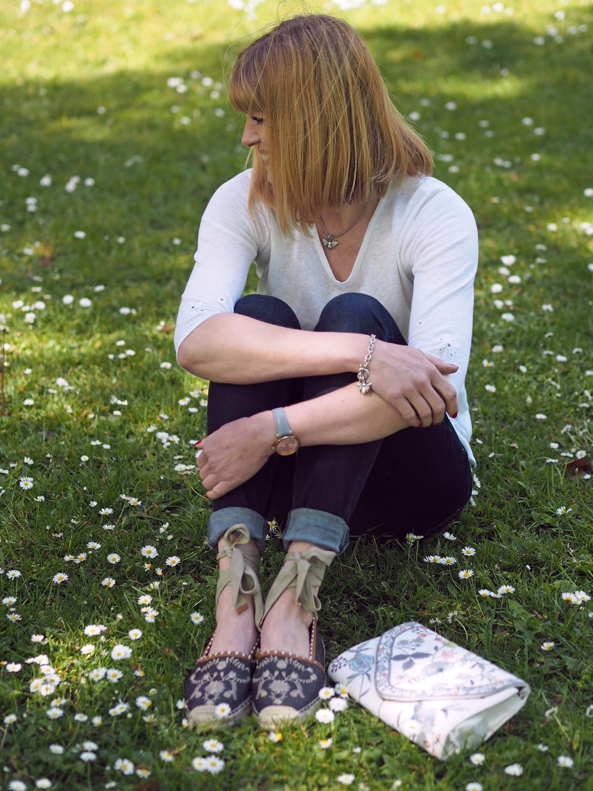 What-Lizzy-Loves-white-daisy-embroidered-linen-top-skinny-jeans-flower-embroidered-espadrilles-clutch-bag-bee-jewellery