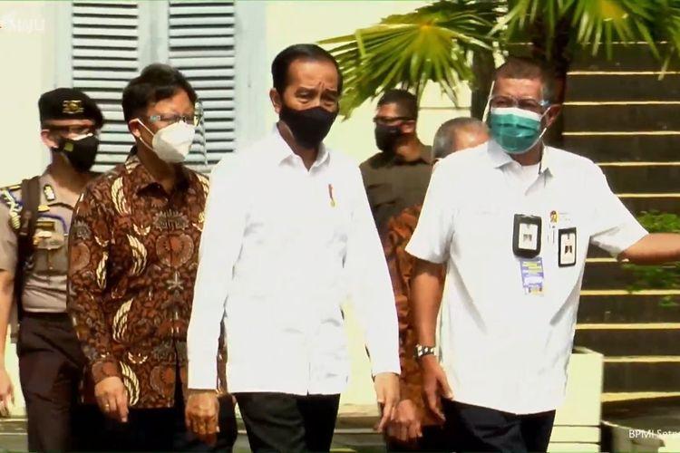Begini Tanggapan Pengamat Soal Jokowi Kerap Tinjau Vaksinasi Massal ke Daerah