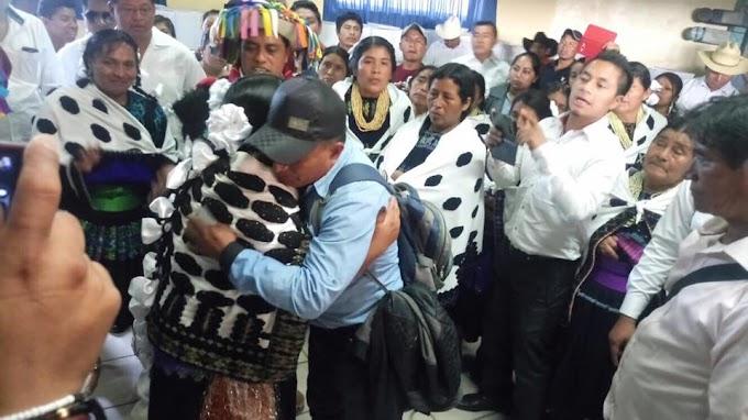 Entregan alcaldesa de Chenalho despensa a mujeres y herramientas de campo a hombres.