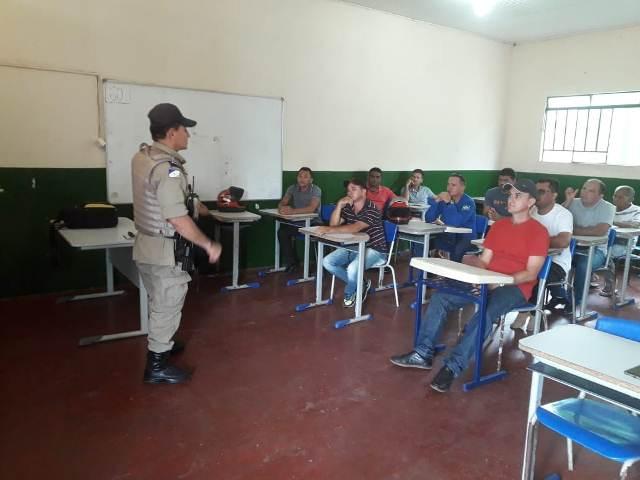 PM realiza palestra para os motoristas do transporte escolar do município de Araguatins