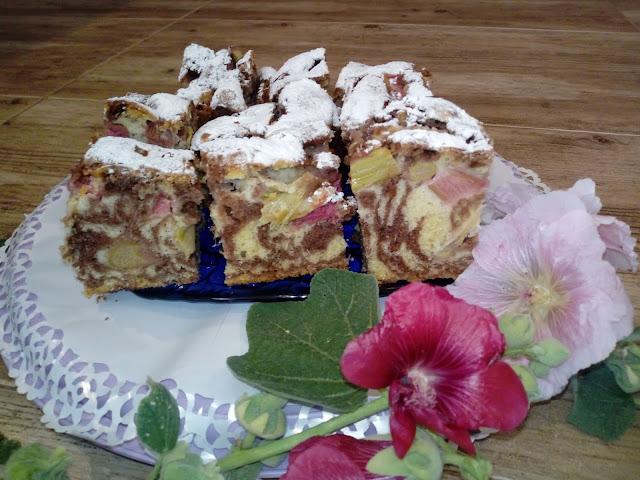 ciasto marmurkowe z rabarbarem ciasto zebra ciasto ucierane z rabarbarem ciasto bialo czarne ciasto kolorowe wilgotne ciasto szybkie ciasto z owocami