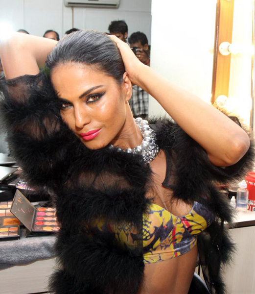 Wallpaper World: Veena Malik Hot Photoshoot