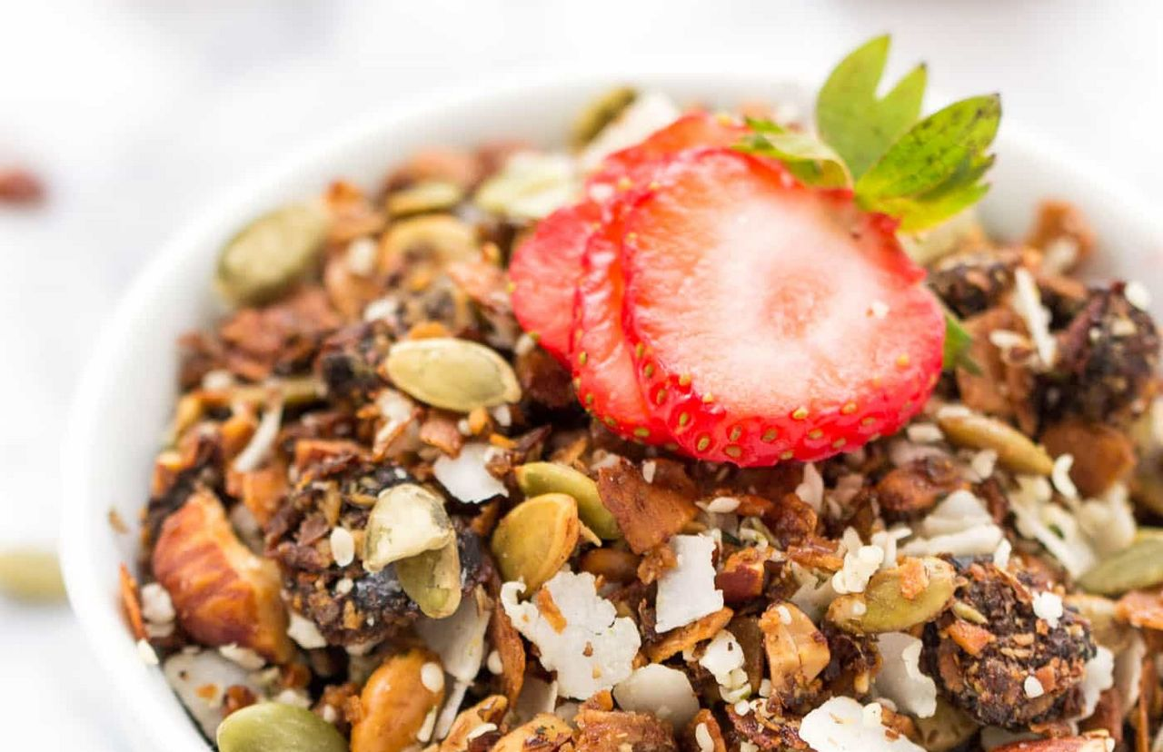 Resep Granola dengan topping strawberi (simplyquinoa.com)