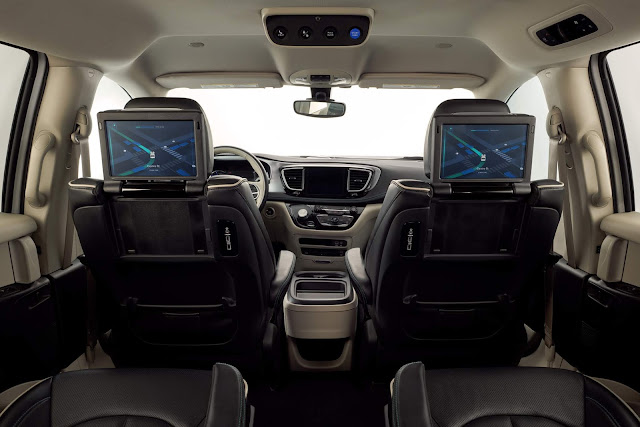 Interior view of 2019 Chrysler Pacifica Hybrid Limited