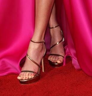 Sexy Taylor Swift's Feet and Legs Pictures