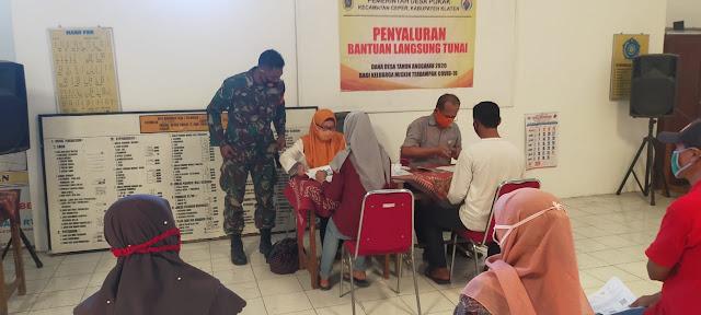 Babinsa Koramil 23/Ceper Lakukan Monitoring Penyaluran BST Dari Kemensos Di Desa Pokak