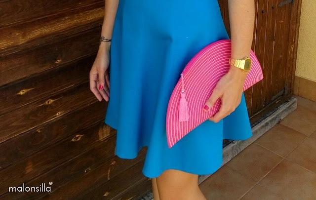 Look invitada comunión con vestido azul klein, bolso fucsia, buganvilla