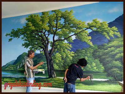 Proses pembuatan lukis dinding pemandangan