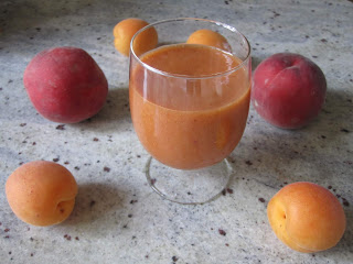 Smoothie abricots pêche dans un verre