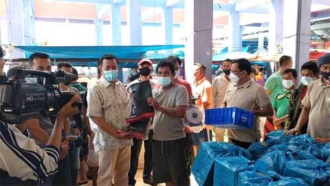 Bupati Rusma Yul Anwar Berikan Bantuan kepada Pedagang Ikan Pasar Inpres Painan