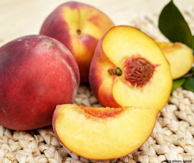 Seis razões para consumir pêssego regularmente e ficar livre do inchaço do corpo.