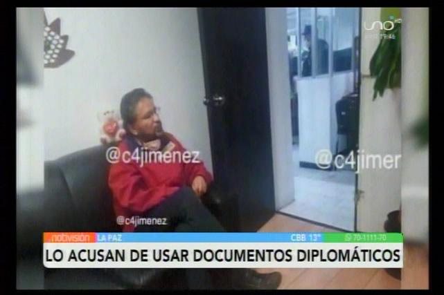Pedirán que se procese a exministro Rada por utilizar pasaporte diplomático de manera delincuencial