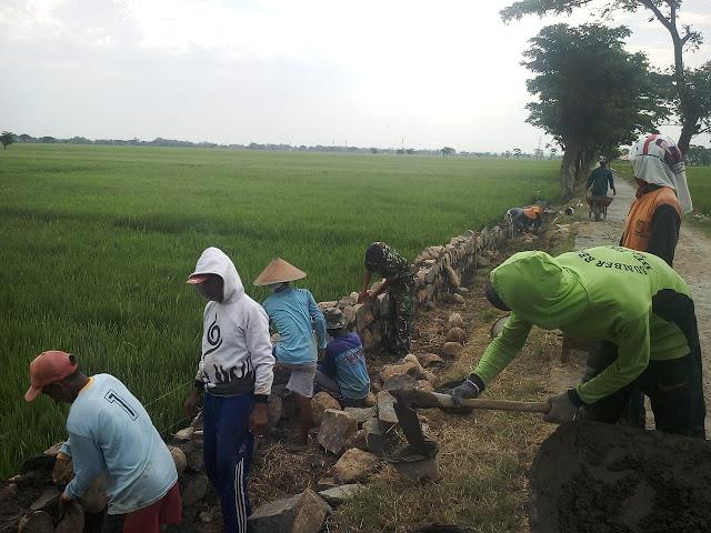 Kodim Sragen - Bergotong Royong Buat Talud Dan Pelebaran Jalan