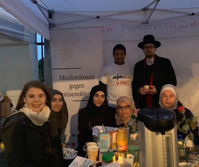 شباب مسلمون يحرسون صور تذكارية في فيينا