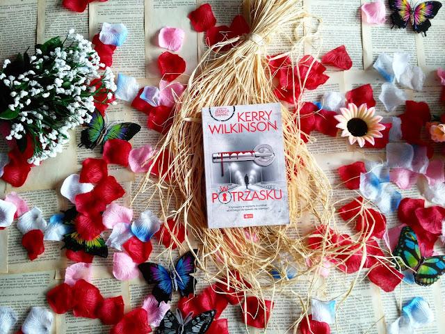 """Policjantka, morderca i sekrety z przeszłości , czyli recenzja powieści Kerry Wilkinson pt.""""W potrzasku""""."""