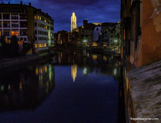 Orla do Rio Onyar à noite, Girona, Catalunha
