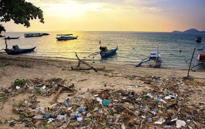 sampah di pantai