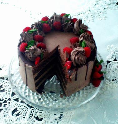 tort-czekoladowy-z-malinami