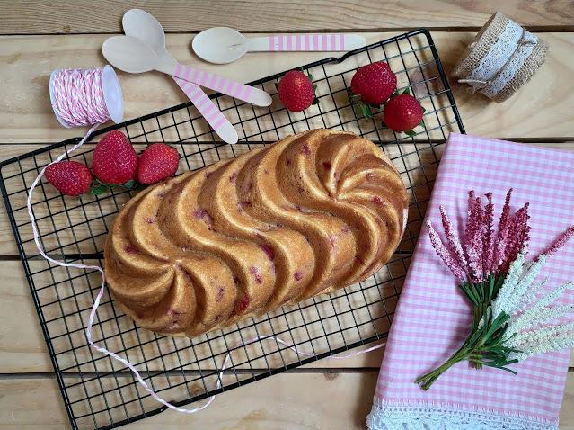 Receta de bizcocho de leche condensada con fresas y coco. Ideal para desayunos y meriendas. Bizcocho fácil, La lechera, tierno, jugoso, esponjoso, de temporada, rico. Cuca