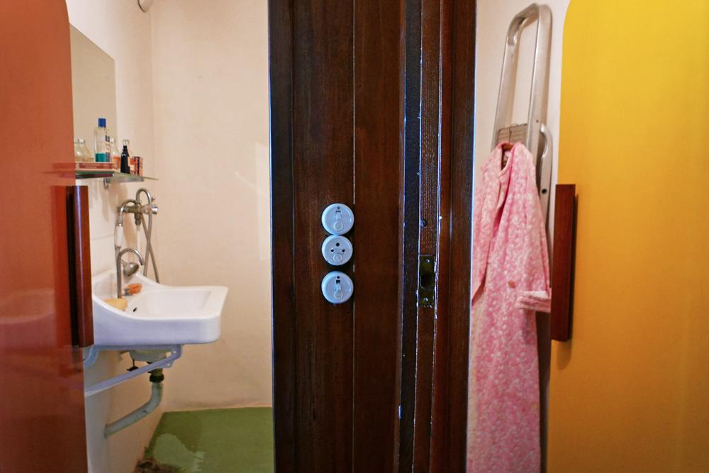 Vue de la salle de bain type années 50 à l'Intérieur de l'appartement témoin de la Cité Radieuse de Rezé