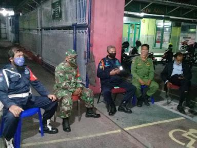 Yakinkan Wilayahnya Aman, Piket Koramil 05/Pasar Kliwon Laksanakan Patroli Malam Bersama Linmas