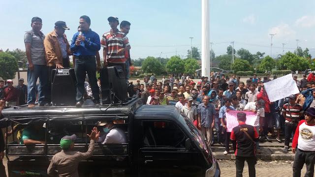 Massa Tuntut Proses Hukum Pelaku Perusakan Kantor Lurah Tanjung Kupang
