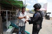 Lebih Dari 100.000 Masker Gratis Dibagikan Oleh Personel Polda Kalbar