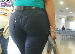 Hermosa morena calzon marcado pantalon apretado