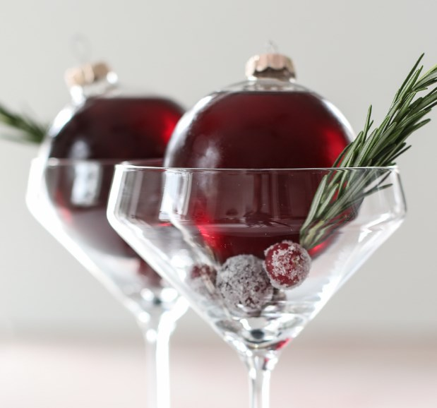 VERY MERRY ORNAMENTINI (CHRISTMAS ORNAMENT COCKTAIL) #drinks #partydrink