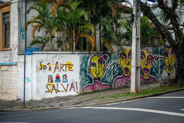 Grafite em um muro na Rua Duque de Caxias