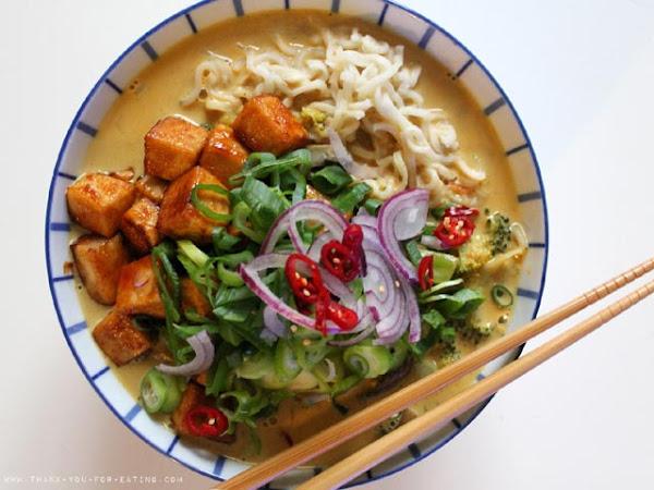 Curry-Kokos-Nudelsuppe mit Teriyaki-Tofu