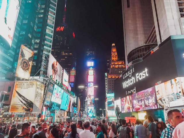 Avenida na Times Square, em Manhattan, em Nova Iorque, EUA