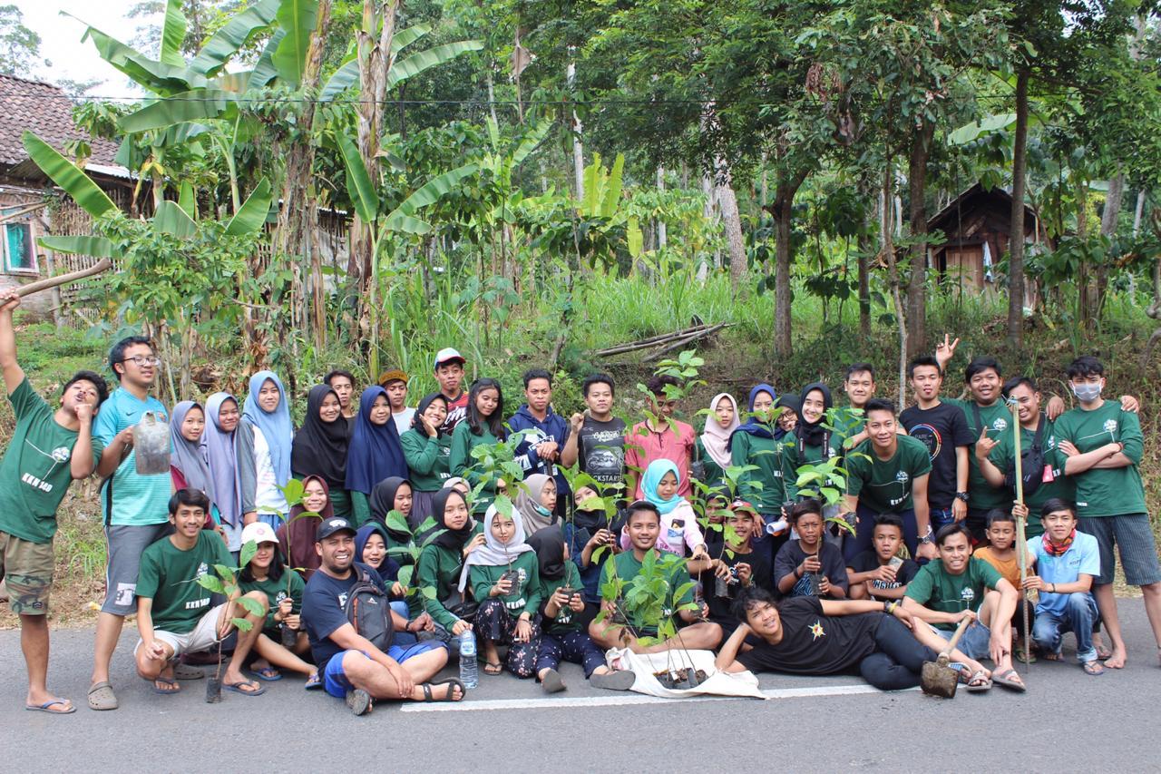 Mahasiswa Dan Pemuda Desa Jatiargo Mengadakan Penanaman Bibit Pohon Kopi
