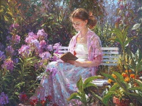 Uma jovem sentada entre as flores, lendo um livro.