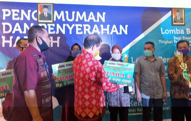 Terdapat Enam Pemenang, Hadiah Lomba Perpustakaan Desa Diserahkan Dinas Perpustakaan dan Kearsipan Provinsi Kalimantan Barat