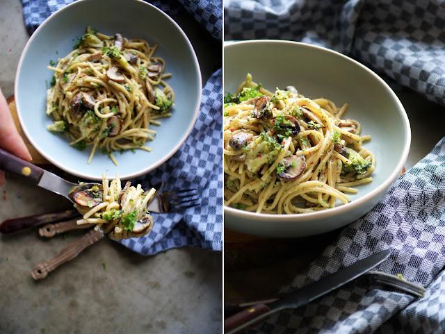 Onepot Pasta mit Champignons, Brokkoli und Erdnuss Topping
