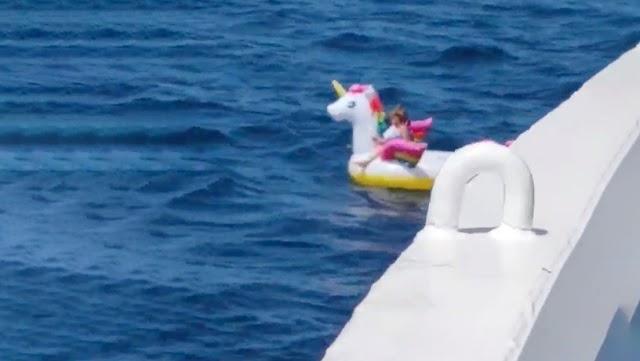 Un barco de pasajeros rescató a una niña de 4 años atrapada en el mar con su flotador de unicornio(+Video)