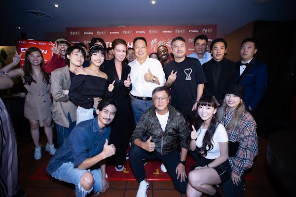 王令麟總裁與入圍電視金鐘非戲劇類導播獎吳佩諭及聲林選手開心合影