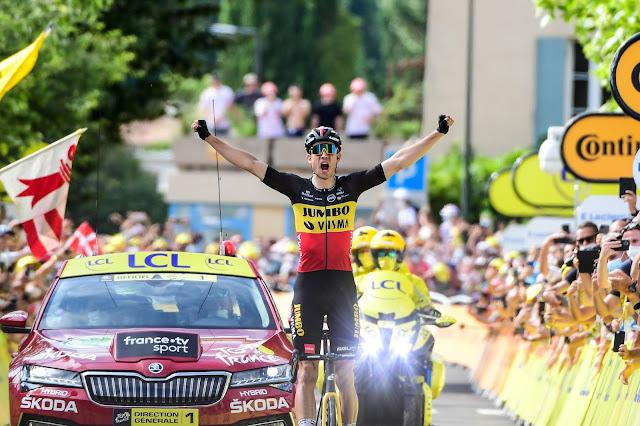 Wout van Aert comemorando a vitória na etapa do Tour de France
