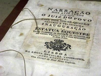contra-capa de um livro sendo restaurado