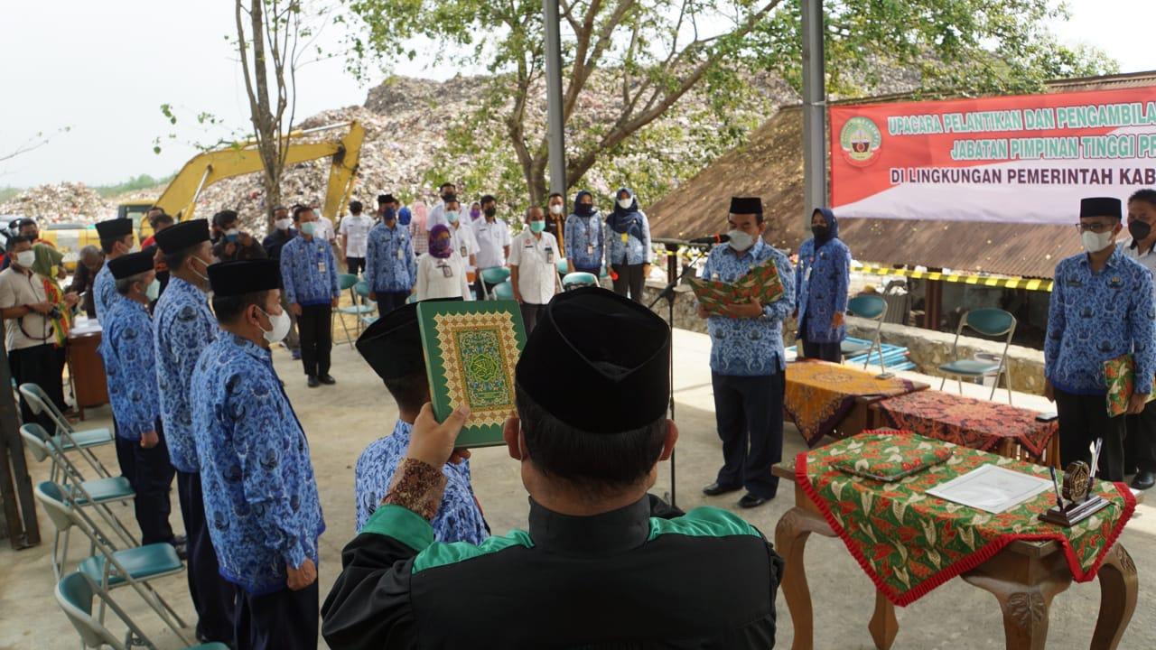 Reformasi Birokrasi Gelombang I - Pakai Korpri Bupati Lantik 5 Pejabat di TPA 02