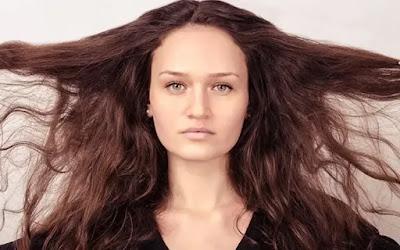 علاج الشعر الجاف والمتقصف وطرق طبيعية للعناية بالشعر الجاف