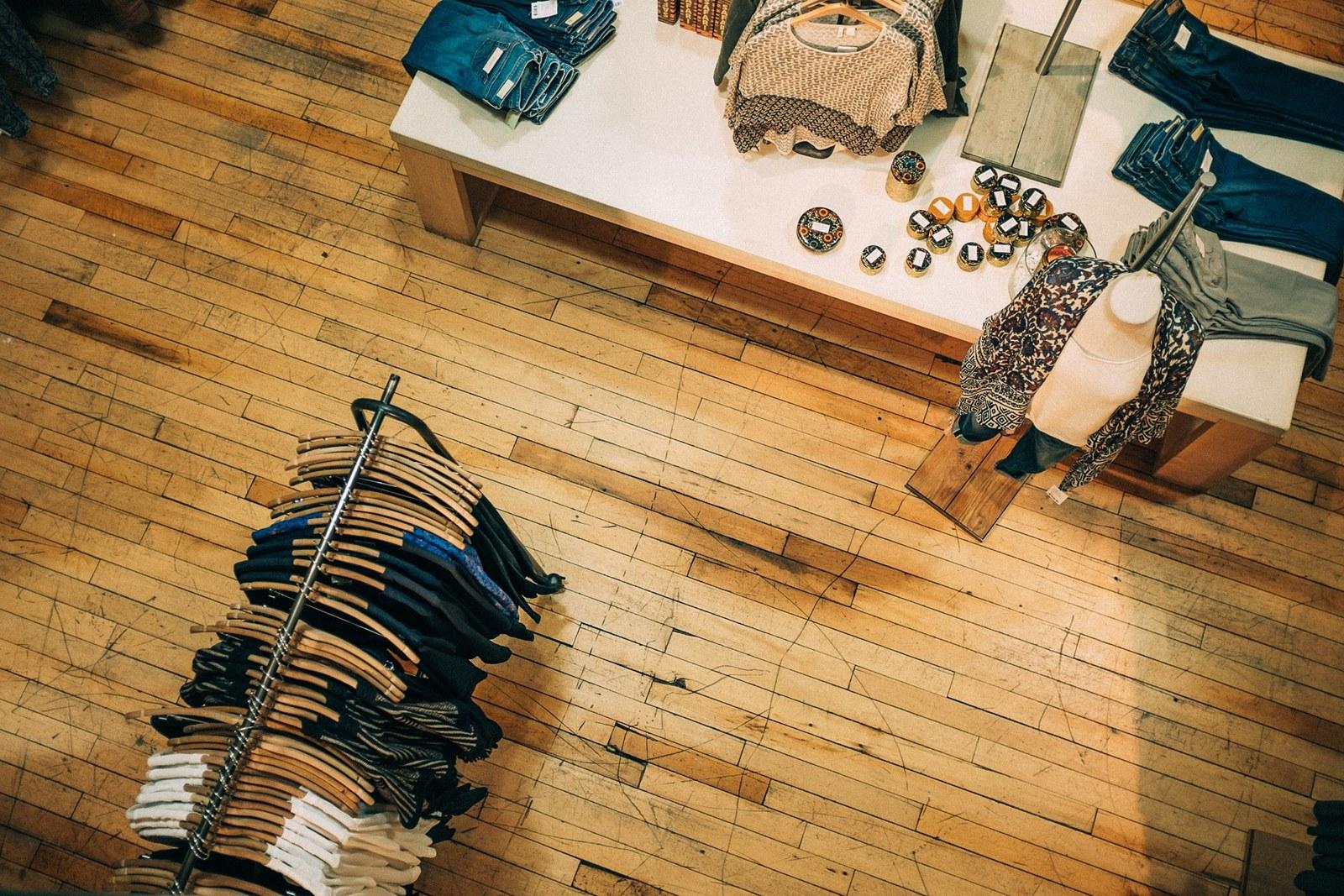 Jak wygląda praca w sieciówce odzieżowej, jak wygląda praca w sklepie, praca sprzedawcy w sieciówce odzieżowej, plusy i minusy pracy w sklepie odzieżowym, praca w sieciówce, sieciówka odzieżowa, sklep z ubraniami