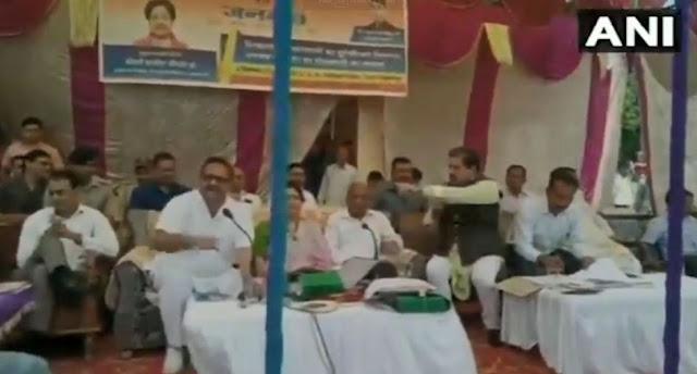 मंच पर आपस में भिड़ गए बीजेपी-कांग्रेस के नेता - newsonfloor.com