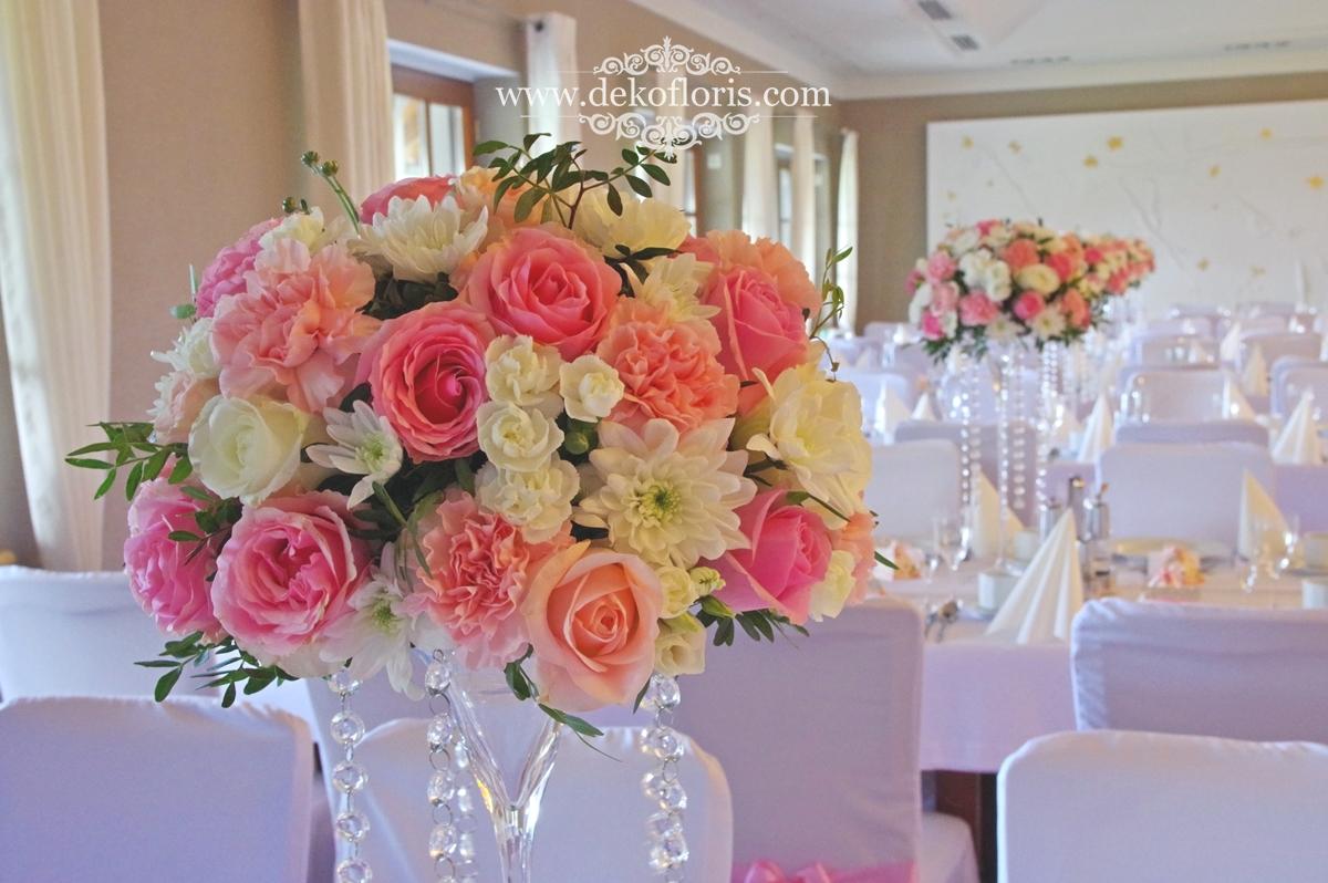 Różowe dekoracje kwiatowe na weselu w Markus Kolonowskie