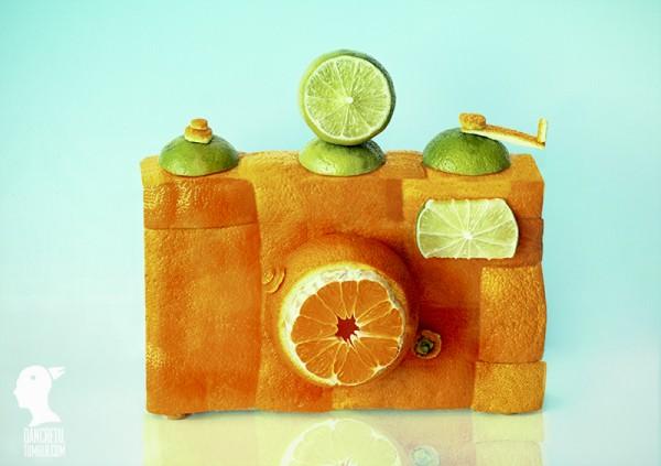 Camara fotográfica y limones