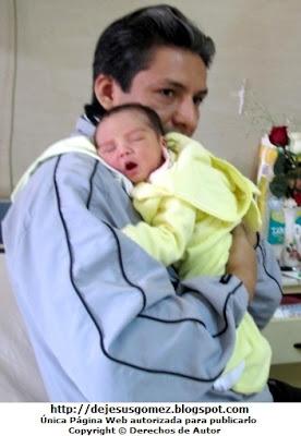 Foto de un papá sacando el chanchito a su bebé. Foto tomada por Jesus Gómez